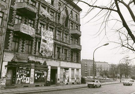 Besetztes-Haus-Schoenhauser-Allee-20-Februar-1990